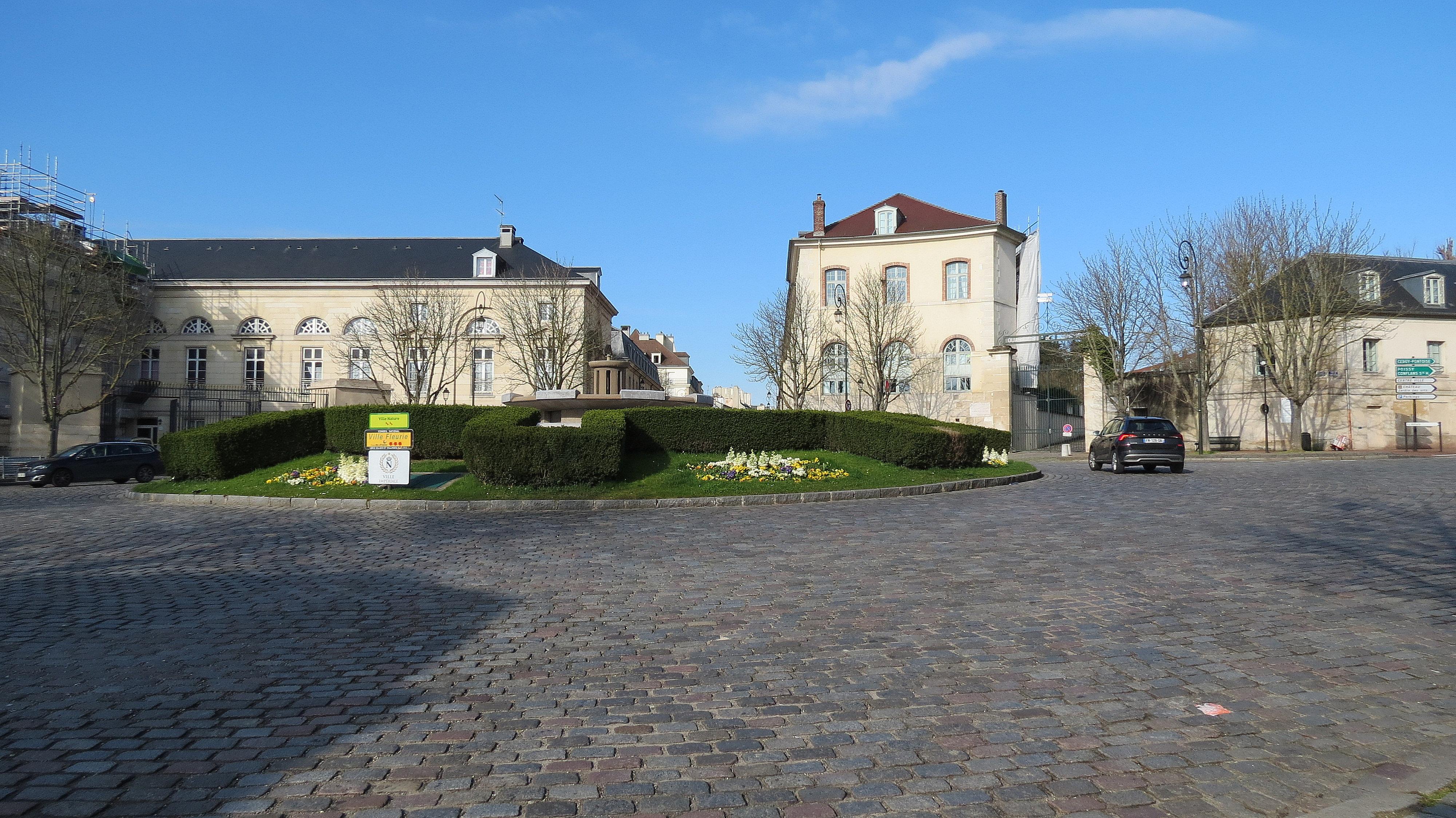 La Place ROYALE, baignée de soleil en ce samedi matin, jour de l'ouverture du Salon.